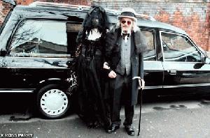 Pajek odpeljal avtomobil s pokojnikom