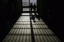 Raje v zaporu kot z ženo
